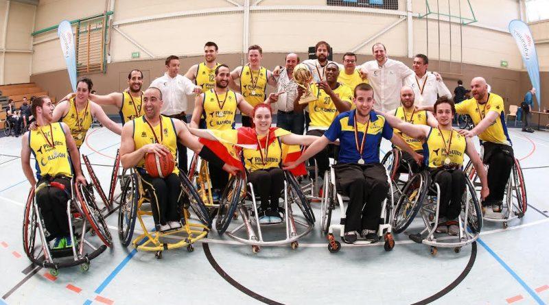 El CD Ilunion posa con el trofeo tras la competición de 2016.
