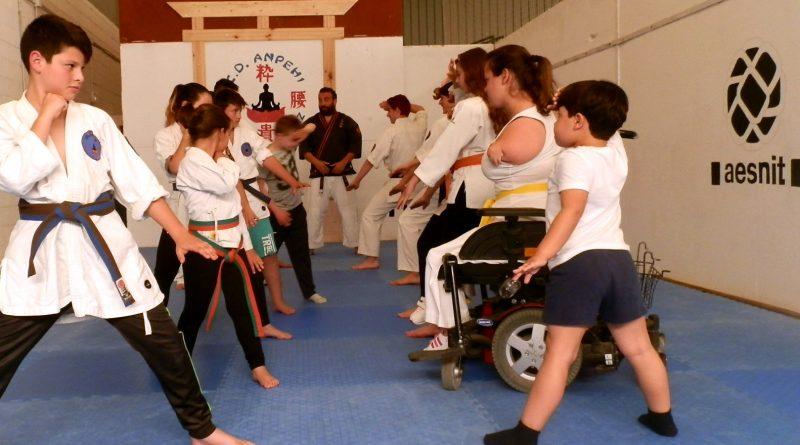 Alumnado y maestro del CD Anpehi sobre el tatami del dojo, en Espera./@MLPARRAGARCIA