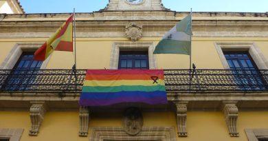 La bandera arcoiris y un lazo negro sobre la fachada de un Ayuntamiento./ JereLesGay
