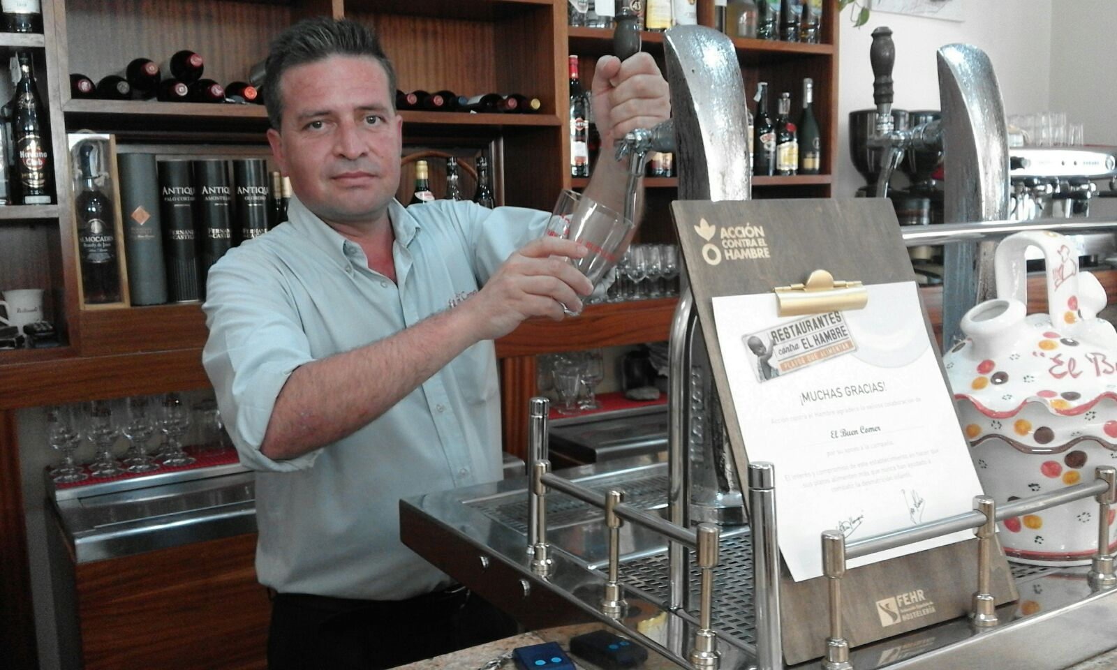 Fotografía: Carlos Sampalo, en su establecimiento 'El Buen Comer' que participa en la campaña 'Restaurantes contra el hambre'./ Cedida