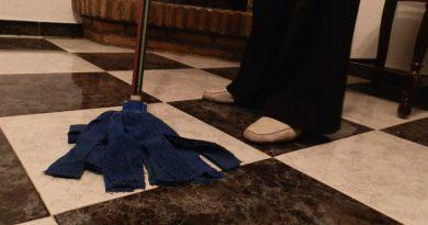 Mujer limpiando el suelo./ @Otro_Periodismo