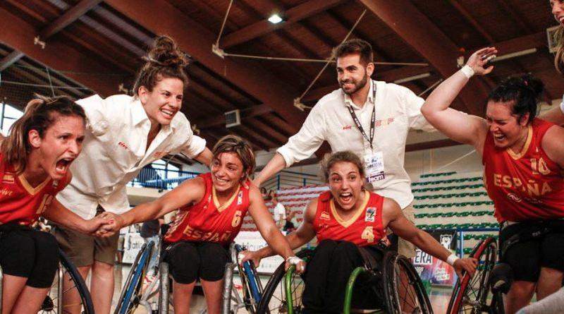 De izquierda a derecha, Almudena Montiel, Sonia Ruiz, Lourdes Ortega, y Vicky Pérez, jugadoras de la Selección Española de Baloncesto en silla de Ruedas, junto al seleccionador, Abraham Carrión y la tema manager, Laura Guijarro, en un partido, al grito de 'España'./ Antuan7L