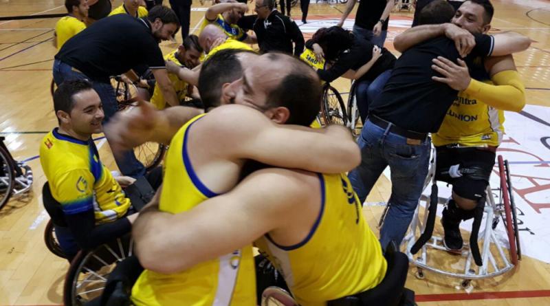 Los hermanos Zarzuela abrazados al finalizar el partido que les convierte en campeones de Europa.