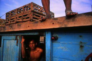 El trabajador de un barco de mercancías se toma un momento de descanso en Sumatra, Indonesia./ Daniel Casares Román