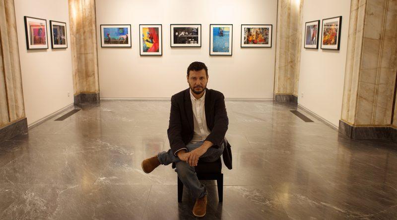Daniel Casares Román en en mi última exposición fotográfica a principios de año, en la Leica Gallery de Oporto./ Miguel Expósito.