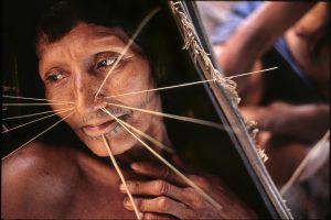 Mujer indígena perteneciente a la tribu de los Mayoruna, descansando en su hamaca./ Daniel Casares Román