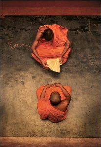 Monjes budistas en el interior de un templo en Sir Lanka./ Daniel Casares Román