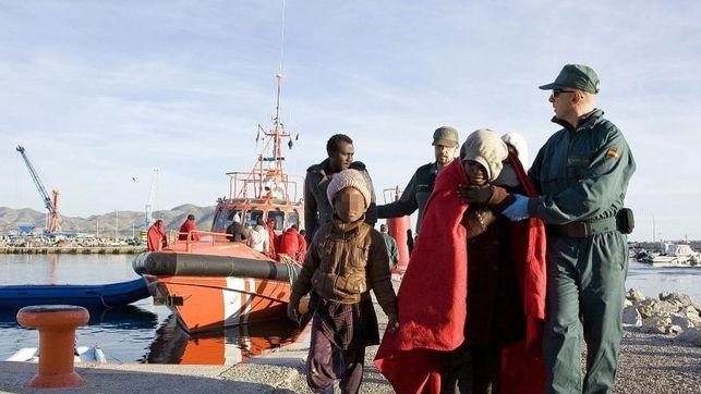 Rescatan a ocho inmigrantes de una patera en el Estrecho de Gibraltar./eldiario.es