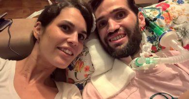 Carlos Matallanes junto a su mujer, en casa./ Cedida