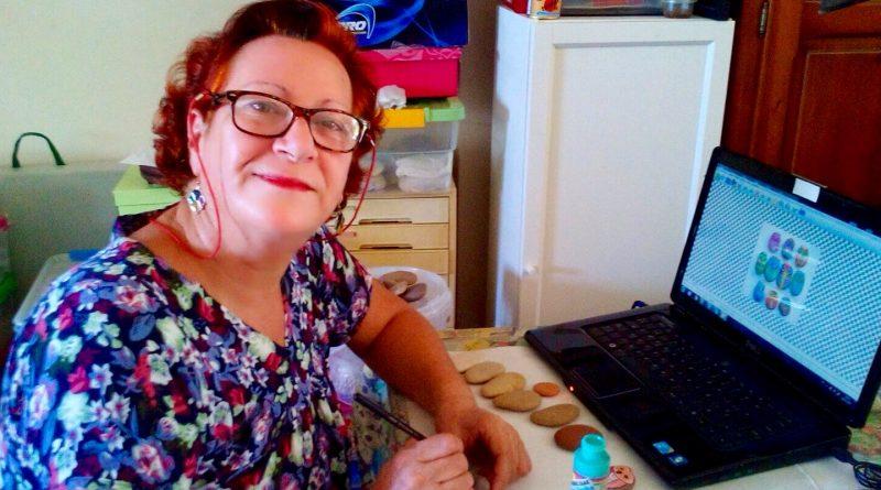 Natividad Ibáñez, maestra de yoga y artesana que pinta piedras./ Cedida