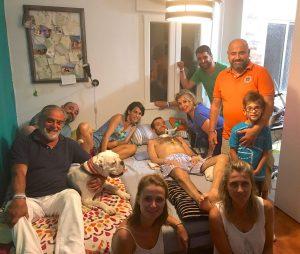Carlos rodeado por sus padres, Marta, sus tres hermanos, sus cuñadas, su sobrino y su perro./ Cedida