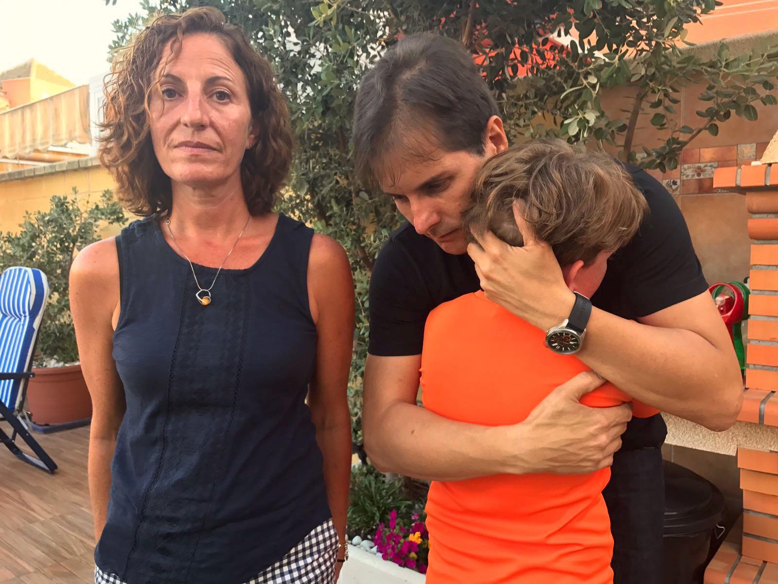 Uno de los niños sin matricular, junto a Rafael Romero, director de IAPAE, y su madre, Lidia./ @MLPARRAGARCIA