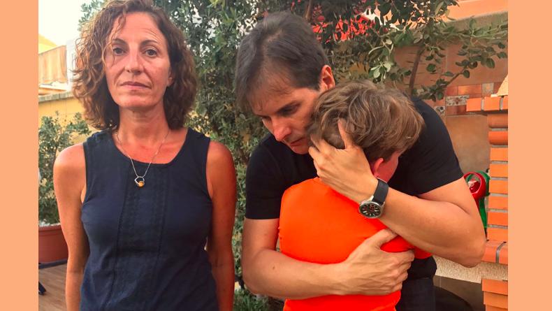 Uno de los menores sin matricular, junto a Rafael Romero, director de IAPAE, y su madre, Lidia./ @MLPARRAGARCIA