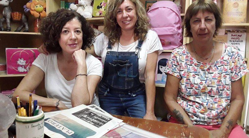 De izquierda a derecha: Pepi Gómez, actua propietaria de Platero; Geno Carmon y Toñi Robles, dos de las tres fundadoras de la librería./ Noelia Rosa