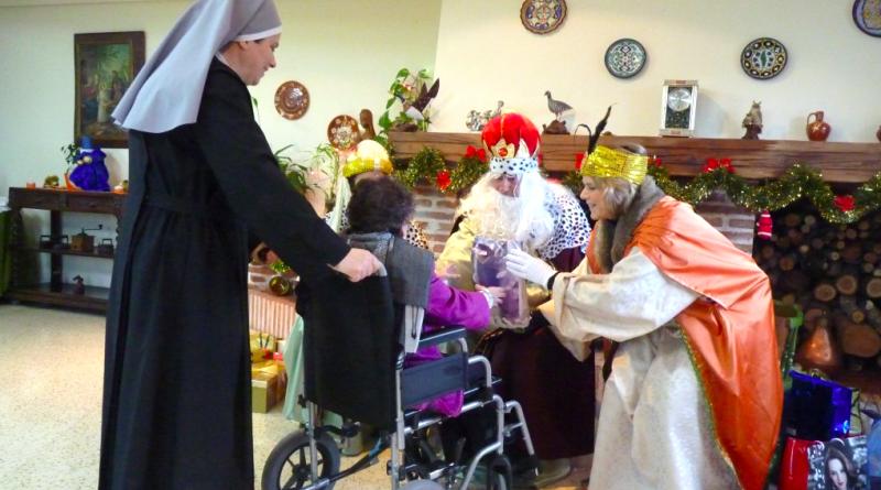 'Reyes Magos de Verdad' en la entrega de regalos a los ancianos de una residencia./ http://reyesmagosdeverdad.org