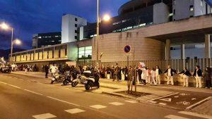 Cadena humana en el exterior del recinto del hospital del Campus de la Salud, Granada.