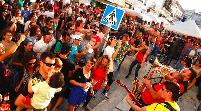 El público disfrutando de la actuación del grupo Rokavieja en Trebufestival 2016./ Cedida
